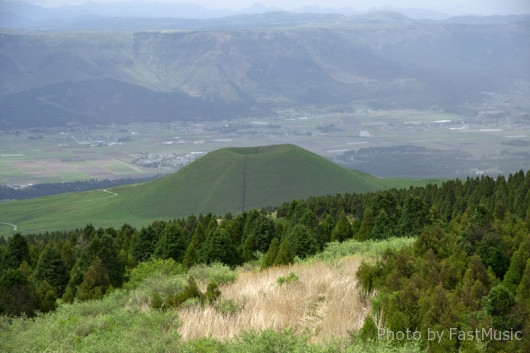 草千里展望所から望むカルデラ内の町並み