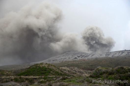 噴煙を上げる阿蘇山中岳