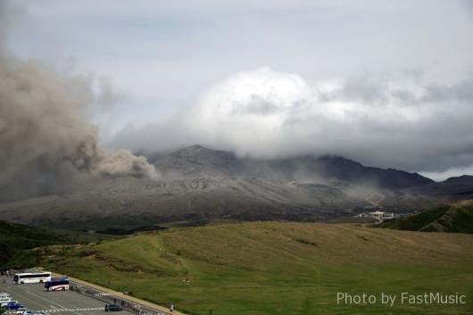 「草千里展望所」から望む阿蘇山中岳火口とロープウェー乗り場